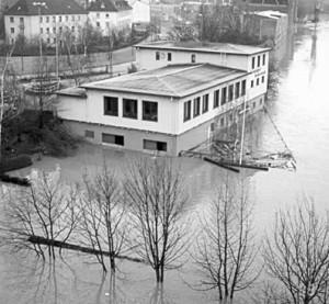 Bootshaus im Wasser